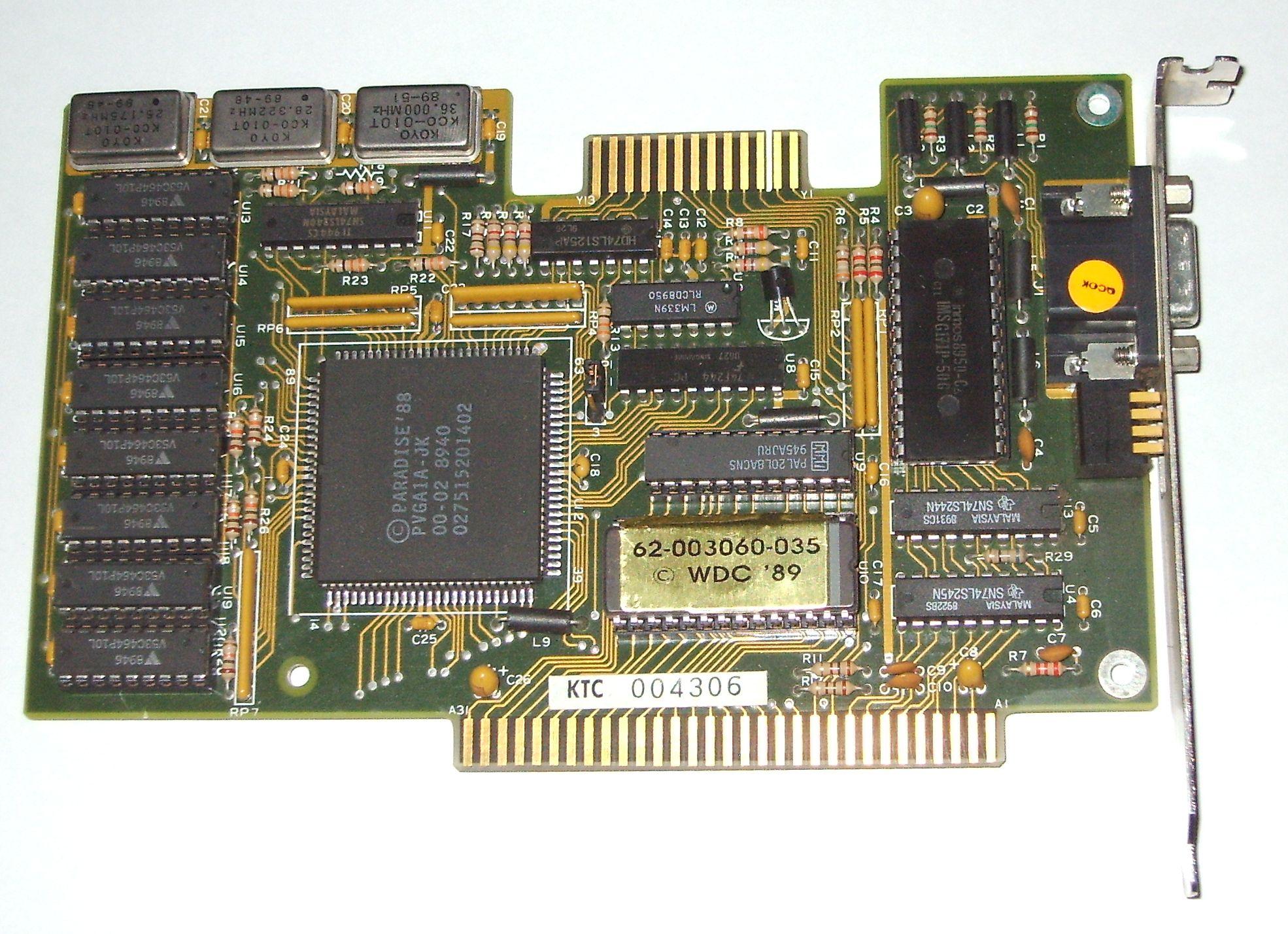 Une carte graphique de la fin des années 80, avec sur la gauche ses 8 puces de RAM