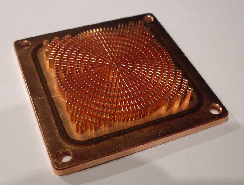 L'intérieur d'un waterblock, avec sa surface très découpée pour maximiser l'échange de chaleur