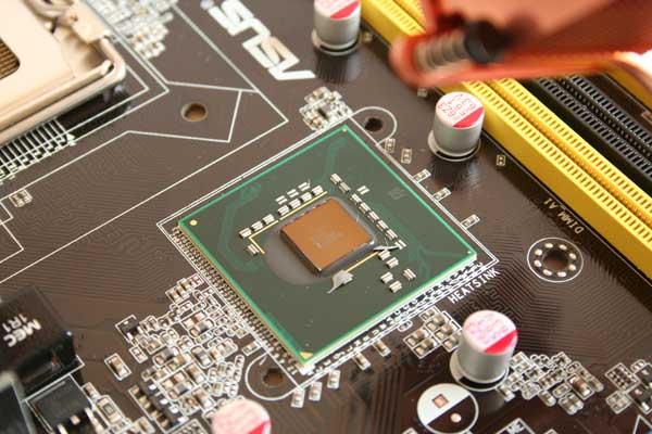 Un Northbridge Intel P35, entre la RAM et le socket CPU
