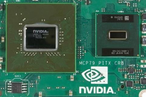 À gauche, le chipset tout-en-un nVidia 9400M, à droite un petit Atom…