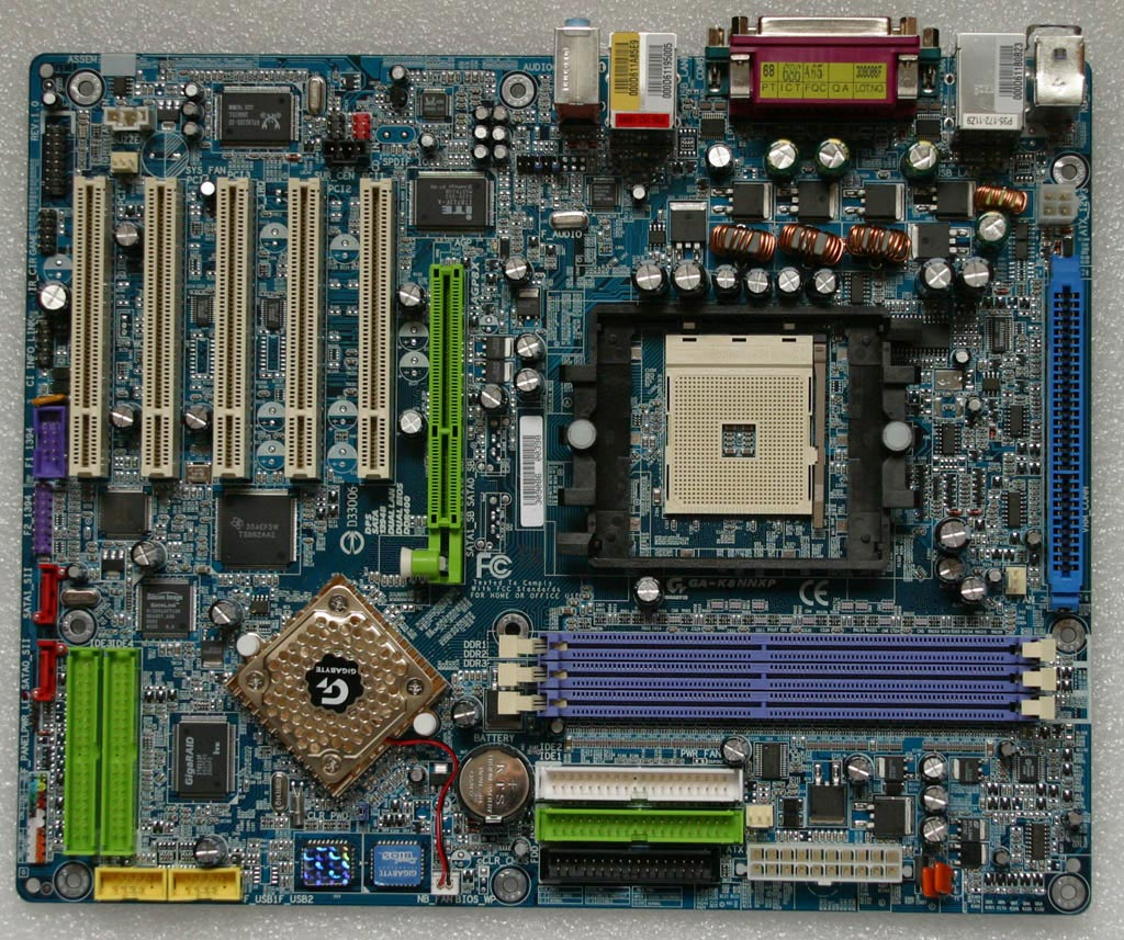 Une carte mère nForce 3, avec son chipset à une seule puce en bas à gauche