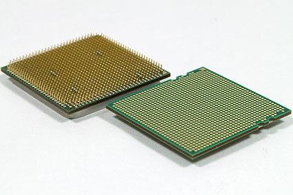 À gauche, un processeur PGA, à droite un processeur LGA
